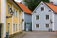 Gamla färgrika byggnader. Vadstena. Sverige Royaltyfri Foto