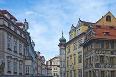 Gamla fyrkantiga byggnader för stad, Prague, Tjeckien Fotografering för Bildbyråer