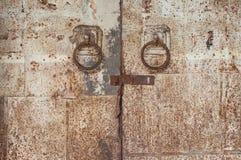 Gamla galvaniserade ståldörrhandtag Arkivfoto