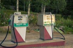 Gamla gaspumpar i nordliga Sverige royaltyfria bilder