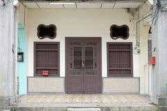 Gamla generiska shoppar husbyggnad på gatan i världsheriten Arkivbild