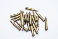 Gamla gevärkassetter 5 mm 56 på en vit bakgrund Arkivfoton