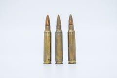 Gamla gevärkassetter 5 mm 56 på en vit bakgrund Royaltyfri Foto