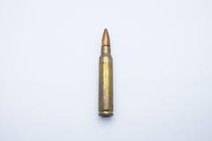 Gamla gevärkassetter 5 mm 56 på en vit bakgrund Arkivfoto