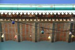 Gamla girlander av kulor under ett hustak. Caminito. Royaltyfri Bild