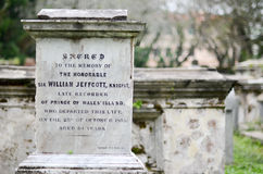 Gamla gråa gravstenar Kyrkogård i Malaysia arkivbilder