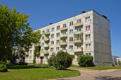 Gamla gråa sovjetiska hyreshusar i Karosta, Liepaja, Lettland Royaltyfri Foto