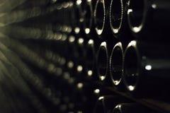 Gamla gröna vinflaskor arkivbilder