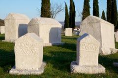 Gamla gravstenar av den medeltida nekropolen Radimlja Arkivbild