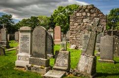 Gamla gravstenar för ` s för St-Mungo` s Kirk på kyrkogården i Ballater Skottland Royaltyfria Foton