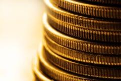 Gamla guld- mynt för kontanta pengar som föreställer rikedom och rikedom royaltyfria foton