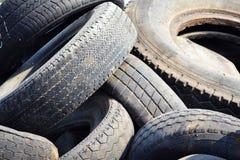 Gamla gummihjul för använd bil Arkivbilder