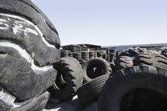 Gamla gummihjul i återvinningmitt Royaltyfri Foto