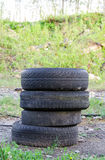 Gamla gummihjul i skog arkivfoto