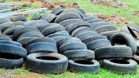 Gamla gummihjul på gräset arkivbilder