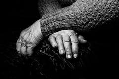 Gamla händer, den åldriga kvinnanärbilden, stående som är svartvit royaltyfri bild
