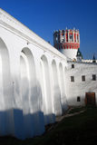 Gamla höga väggar av den Novodevichy kloster i Moskva Royaltyfria Bilder