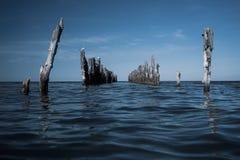 Gamla högar av hytter i havet Royaltyfri Bild