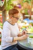Gamla h?ga kvinnor som har rolig m?lning i utomhus- konstgrupp royaltyfria bilder