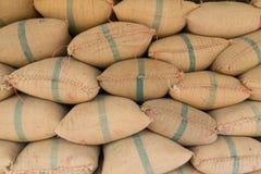 Gamla hampasäckar som innehåller ris Arkivbilder
