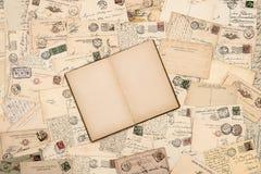 Gamla handskrivna vykort öppnar boken Royaltyfria Bilder