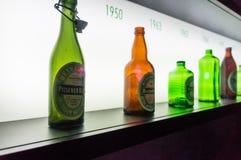 Gamla Heineken ölflaskor arkivbilder