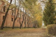 Gamla historiska militay byggnader i Lettland Royaltyfri Foto