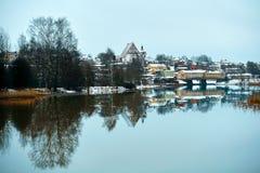 Gamla historiska Porvoo, Finland med trähus och den medeltida sten- och tegelstenPorvoo domkyrkan under den vita insnöade vintern fotografering för bildbyråer