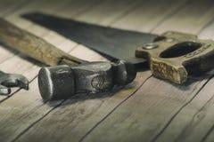 Gamla hjälpmedel - åtsittande fokus på hammarehuvudet Royaltyfria Foton