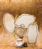 Gamla hjälpmedel för att sy, rulle av tråden, en fingerborg Fotografering för Bildbyråer