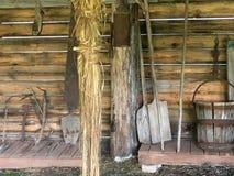 Gamla hjälpmedel i en trärumryss Royaltyfri Foto