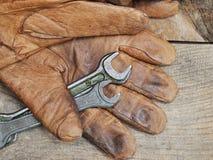 Gamla hjälpmedel och handskar Arkivfoton