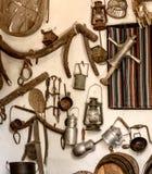 Gamla hjälpmedel och objekt av lantgårdarbeten och lantbrukarhem arkivfoto