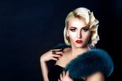 Gamla Hollywood, en flicka med päls på hennes skuldror royaltyfri foto