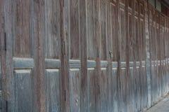 Gamla hopfällbara wood dörrar royaltyfria foton