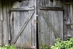 Gamla hopplockade dörrar, svartvit bild Arkivfoto