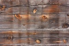 Gamla, horisontal-, trä-, sjaskiga brända plankor i sprickor Royaltyfri Fotografi