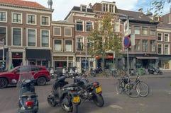 Gamla hus av Hague med transportparkering arkivfoto