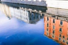 Gamla hus av St Petersburg Reflexionsbaksida i floden Naturlig ljus bakgrund royaltyfri fotografi