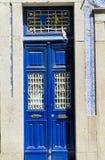 Gamla hus, blå sjaskig dörrportugis belägger med tegel azulejosmodeller, Portugal arkivbild
