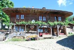 Gamla hus från de bulgariska bergbyarna Arkivbilder
