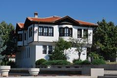 Gamla hus från de bulgariska bergbyarna Royaltyfria Bilder