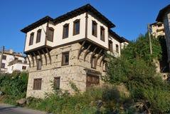 Gamla hus från de bulgariska bergbyarna Fotografering för Bildbyråer