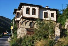 Gamla hus från de bulgariska bergbyarna Arkivbild