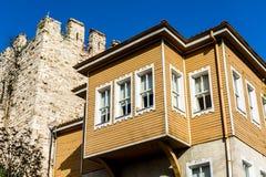 Gamla hus från Istanbul i Turkiet royaltyfri foto