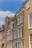 Gamla hus i den historiska mitten av Leiden Arkivfoton