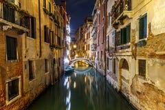 Gamla hus i den lilla kanal`en s av Venedig på natten royaltyfri fotografi