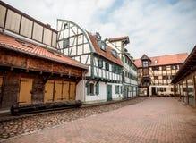Gamla hus i den stenlade gatan av den gamla staden av Klaipeda, Litauen fotografering för bildbyråer