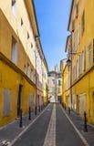Gamla hus i det bosatta området av den gamla staden i Aixen provence Royaltyfria Foton