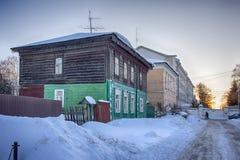 Gamla hus i forntida rysk stad av Kolomna, Moskvaregion, Ryssland, efter snöfall Mulen dag för vinter Royaltyfri Foto
